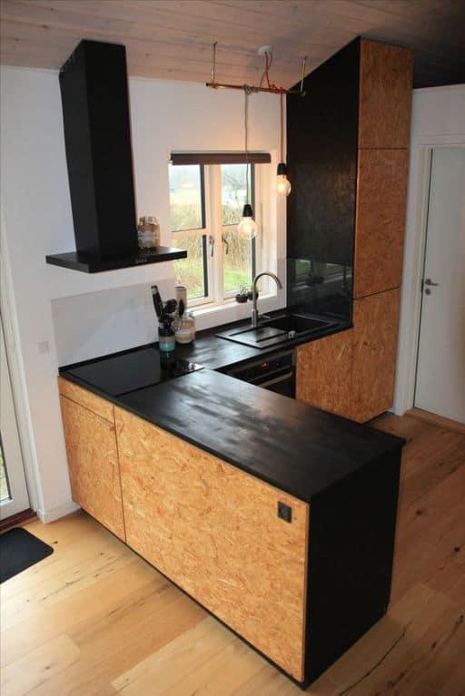 cozinha com armarios em OSB