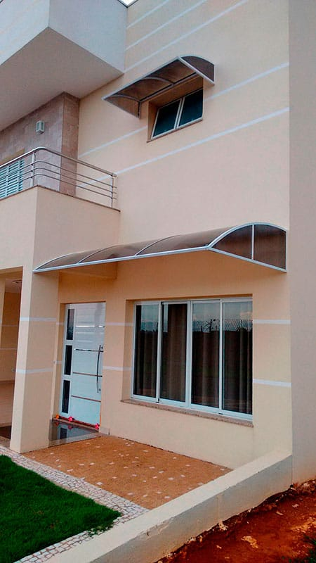 fachada de casa com toldo fixo de policarbonato