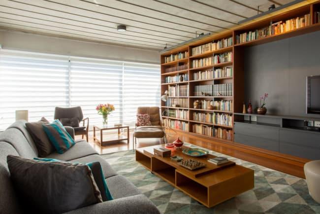 Apartamento decorado com bela biblioteca