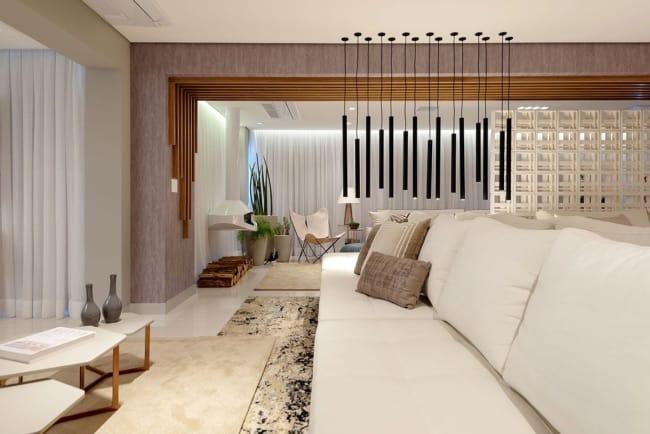 Apartamento decorado com tons claros deixando um visual moderno e clean no ambiente