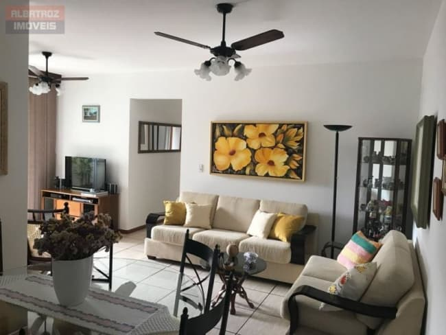 Apartamento decorado de maneira simples e aconchegante