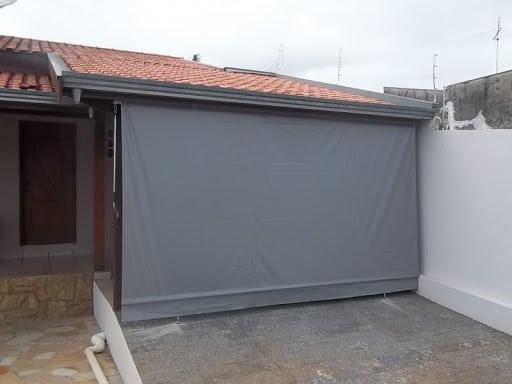 Modelo de toldo cortina cinza para garagem