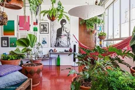 O uso de plantas transforma o ambiente e deixa o apartamento com uma beleza natural