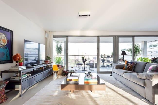 O uso de portas de vidro ajudam a dar maior luminosidade e evidencia ao local