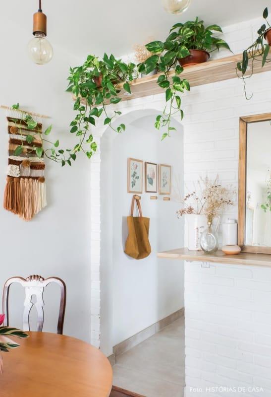 O uso de prateleiras com plantas dao um toque especial ao apartamento