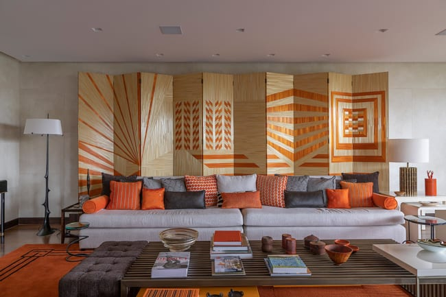 Sala de apartamento grande decorada com cores vivas