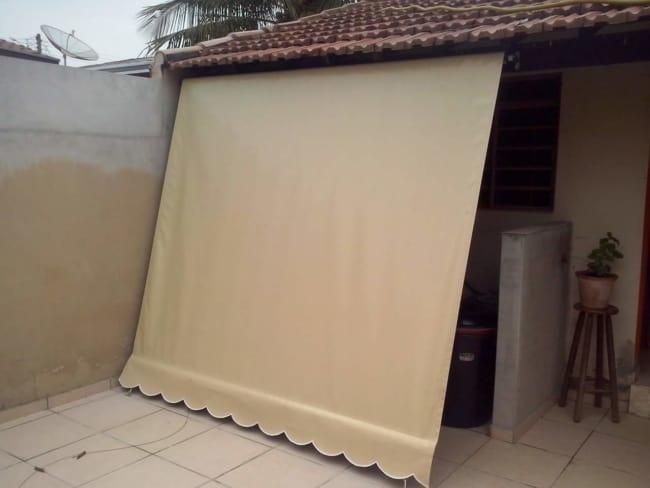 Toldo cortina bege de lona pode ser usado em diversos ambientes