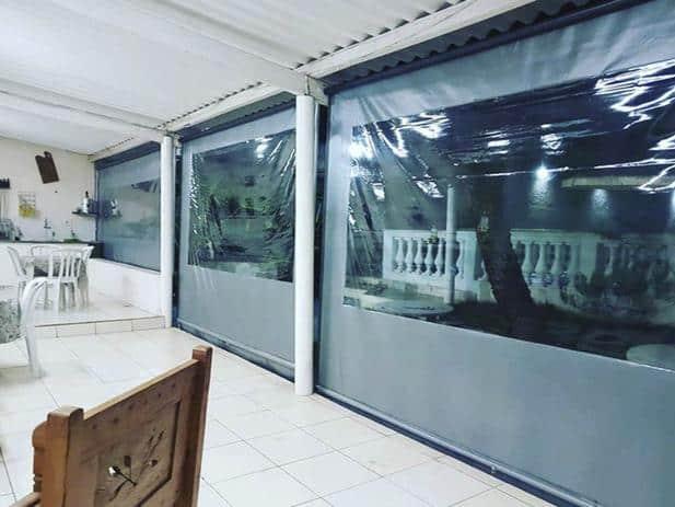 Toldo cortina com visor separando ambientes