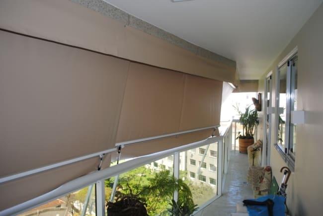 Visao interna do toldo cortina na varanda