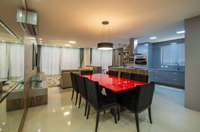 apartamento moderno com a utilizacao de diversos tons na decoracao