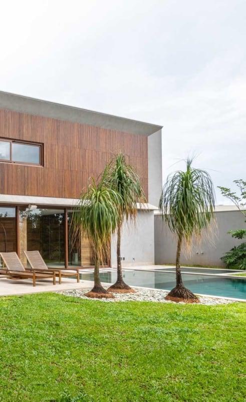 area da piscina com jardim e pata de elefante