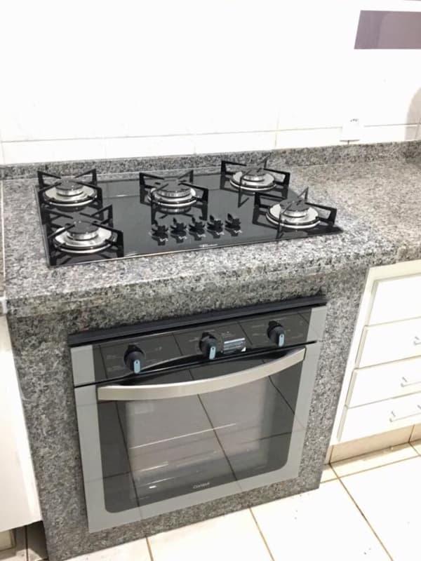 cozinha com bancada de granito cinza e fogao embutido