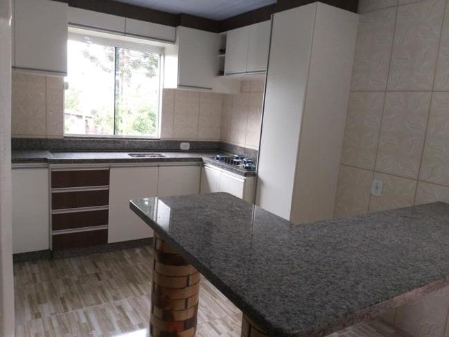 cozinha com balcao de granito ocre cinza