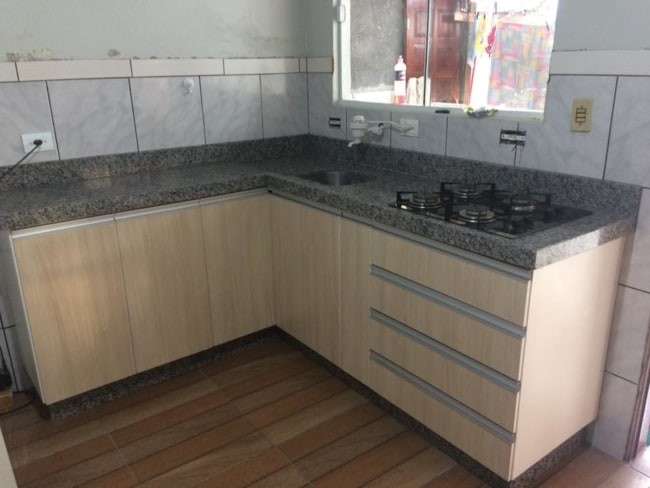 cozinha simples com bancada de granito cinza