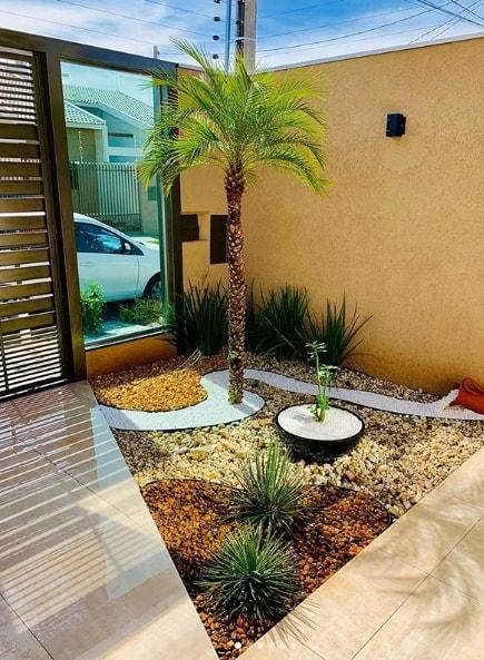 jardim pequeno na frente de casa com palmeira fenix
