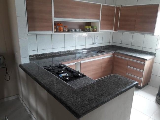 cozinha com bancadas de granito cinza
