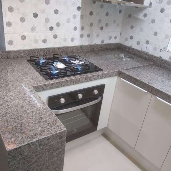 cozinha pequena com bancada cinza de granito ocre