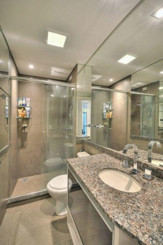 banheiro com bancada de granito cinza ocre