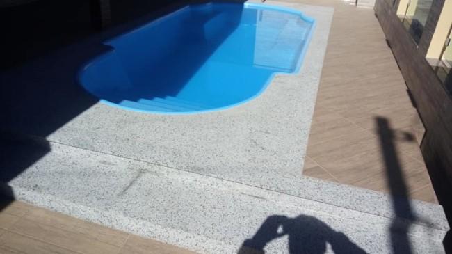 piscina com granito cinza itabira