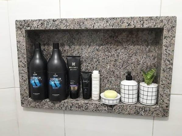 banheiro com nicho embutido de granito ocre itabira