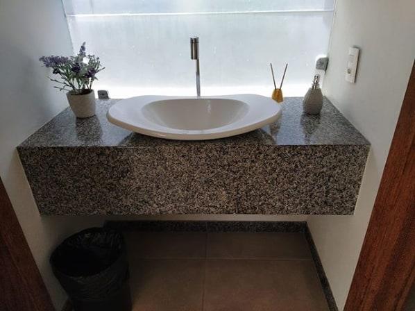 bancada de lavabo de granito cinza ocre com cuba de apoio