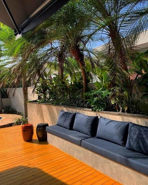 area externa decorada com palmeira phoenix