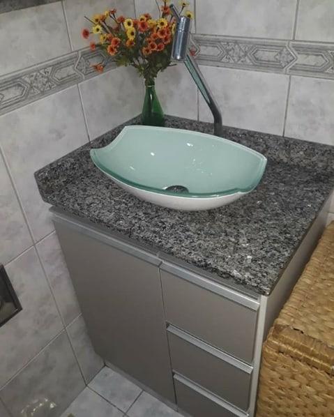 banheiro simples com granito cinza ocre itabira