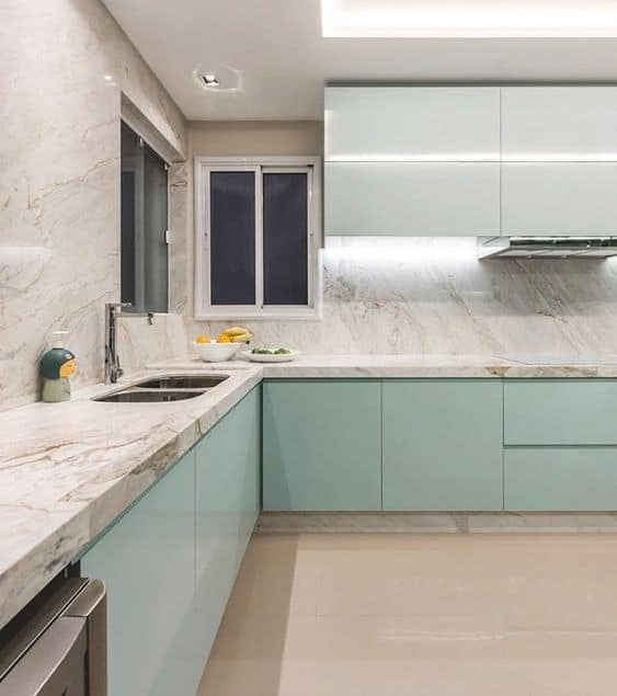 cozinha verde menta com bancadas de marmore