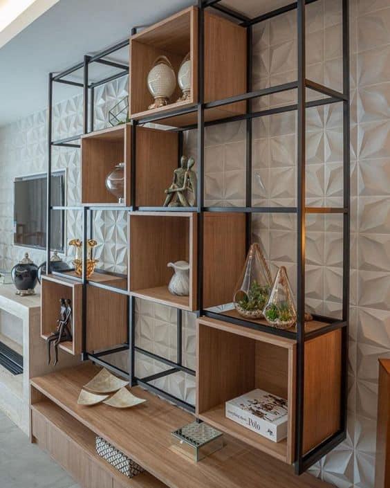 sala com estante industrial com nichos