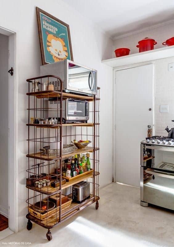 cozinha com estante industrial de rodinhas