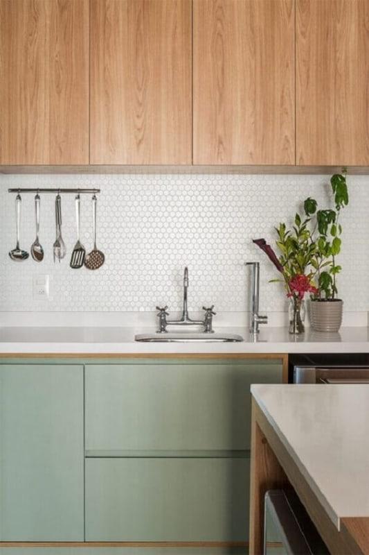 cozinha planejada com armarios em verde menta e em madeira