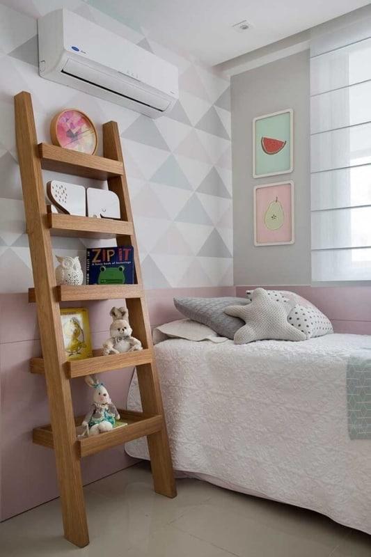 estante de escada decorativa de MDF em quarto infantil