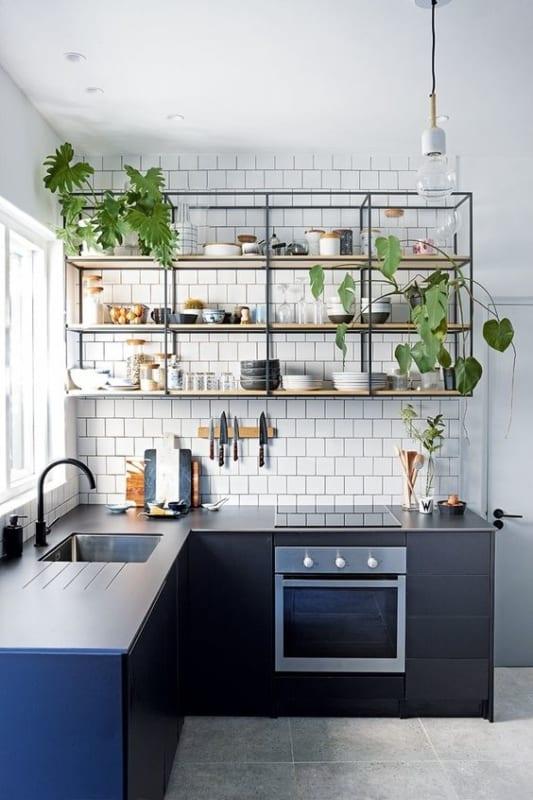 cozinha com estilo industrial e estante suspensa