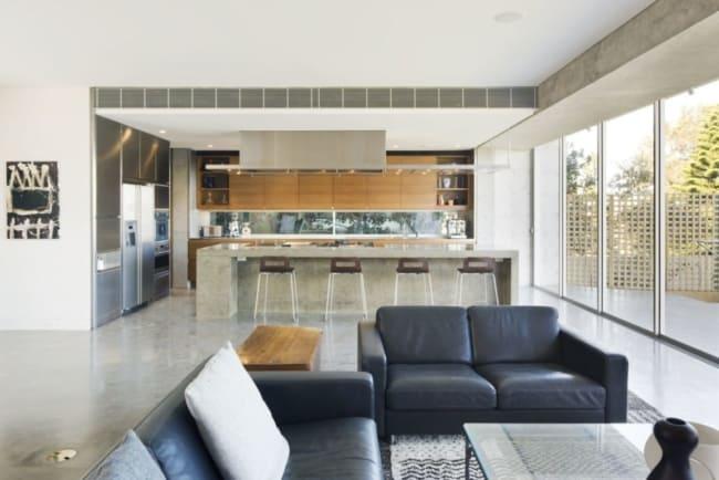 cozinha com piso e bancada de concreto polido