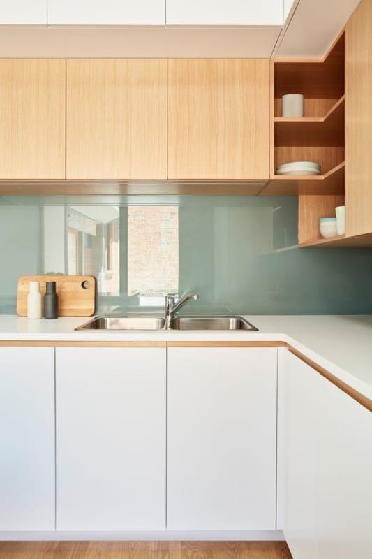 cozinha moderna com rodabanca em verde menta