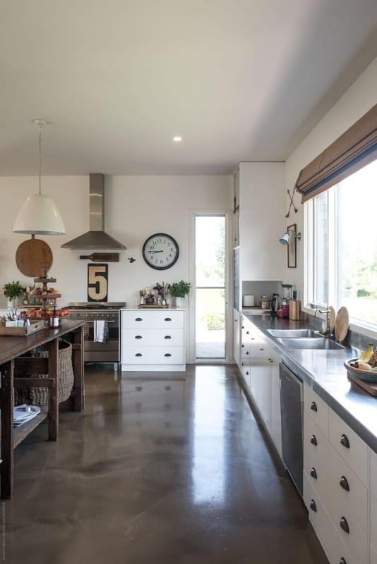 cozinha com decoracao industrial e piso de concreto polido
