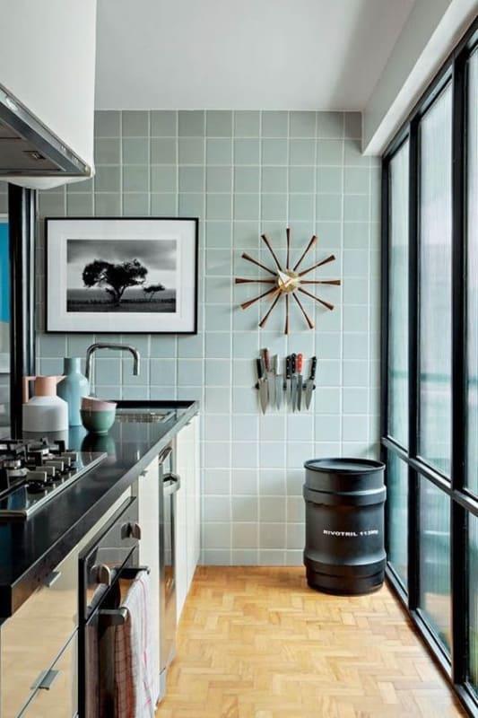 cozinha com revestimento em verde menta e detalhes em preto