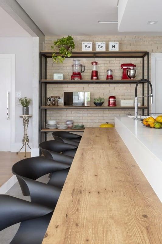 estante industrial com eletrodomesticos da cozinha