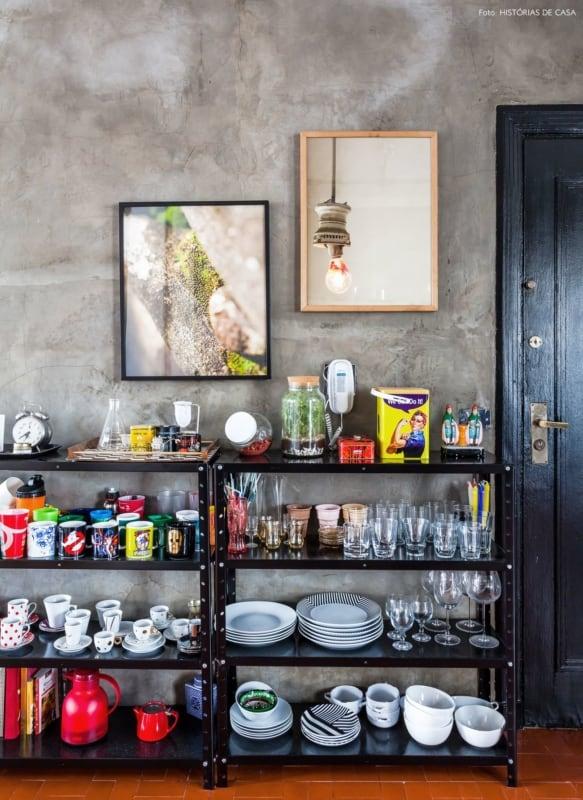 cozinha com estantes de aco preto organizando as loucas 1