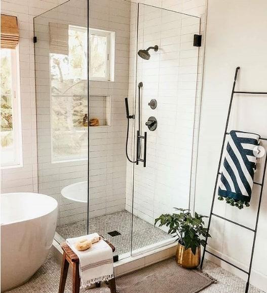banheiro moderno com escada toalheiro de metal estilo industrial