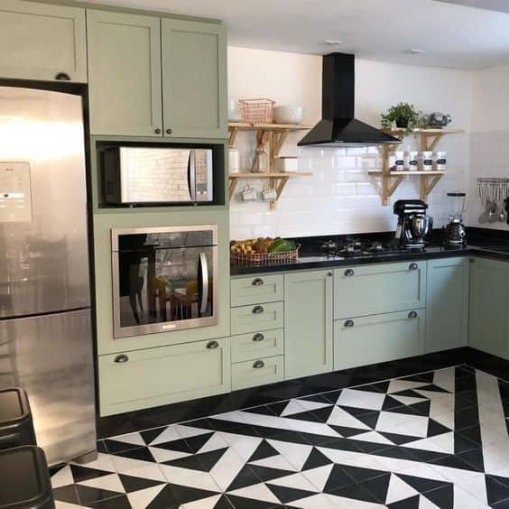 cozinha com armarios em verde menta e bancada preta