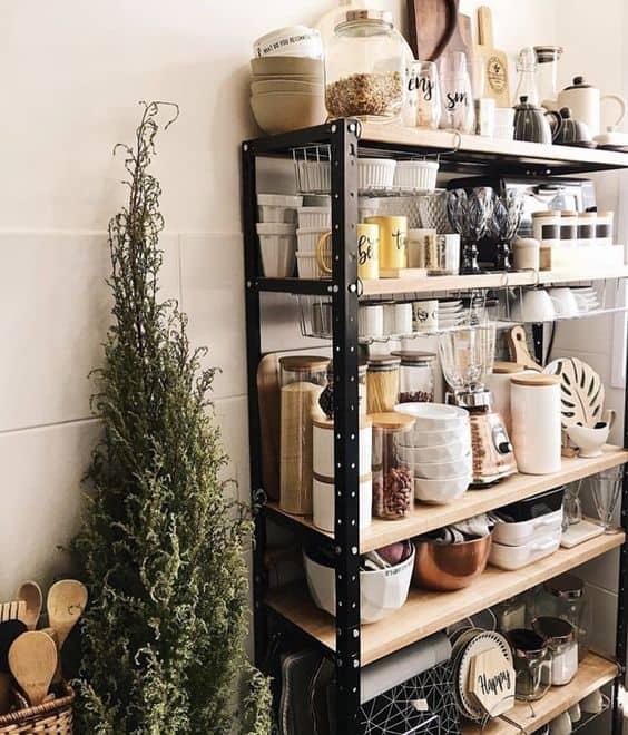 cozinha com estante de ferro e prateleiras de madeira
