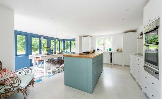 cozinha com piso de concreto polido