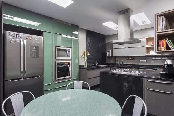 cozinha moderna em verde menta e cinza