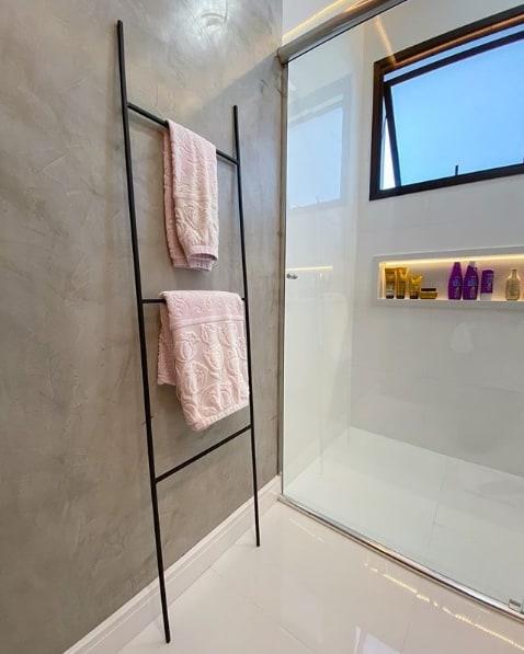 banheiro moderno com escada toalheiro de metal preto
