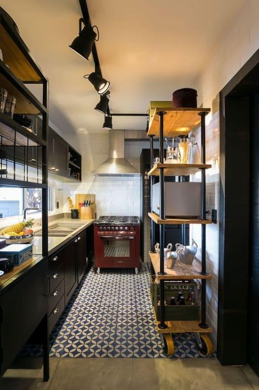 cozinha com estante industrial com rodinhas