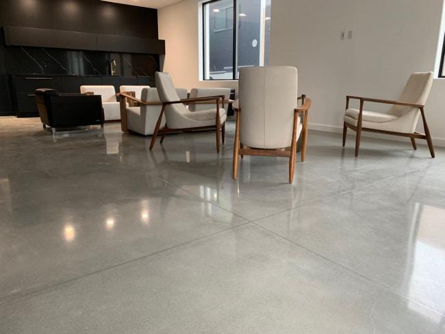 sala moderna com piso de concreto polido