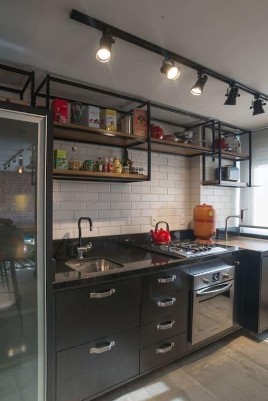 cozinha pequena com estante industrial suspensa