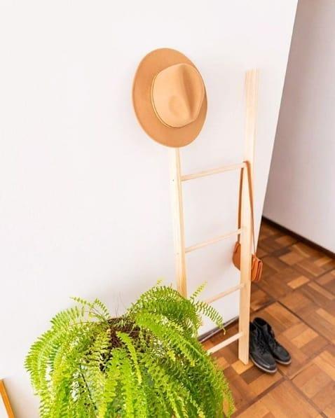 escada decorativa de madeira pinus na decoracao