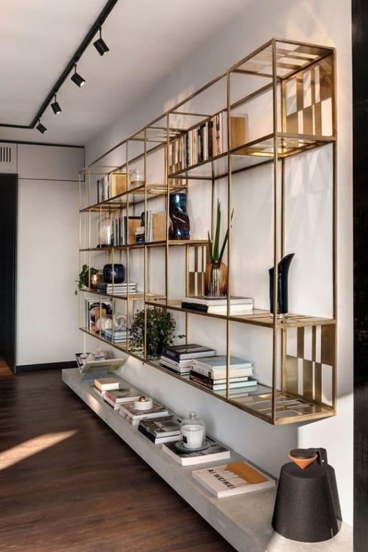 sala com estante industrial dourada e moderna